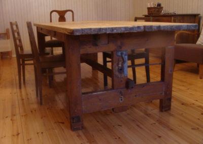 Pöytä kangaspuista ja varastohyllyistä