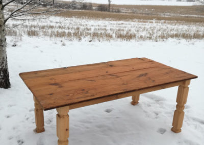 Pöytä vanhoista sängynlaidoista