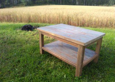 Sohvapöytä kangaspuista ja lattialaudoista